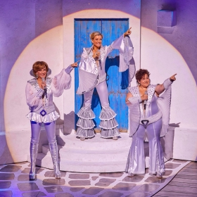 Kate Graham, Sarah Poyzer & Jacqueline Brown in Mamma Mia. © Brinkhoff & Migenburg