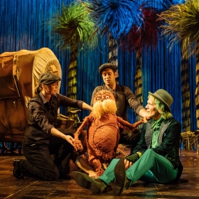 The Lorax - Laura Caldow, Ben Thompson and David Ricardo-Pearce (Puppeteers) and Simon Paisley Day (The Once-ler) i Dr. Seuss's The Lorax at The Old Vic. © Manuel Harlan
